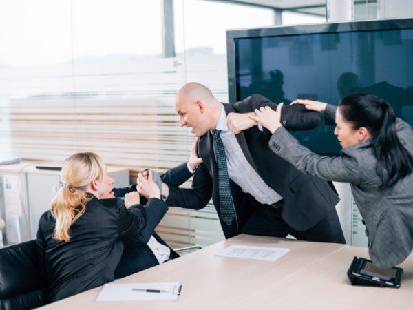 CONFLITTI FRA COLLEGHI E CON I CAPI: QUANDO COMUNICARE EFFICACEMENTE NON BASTA